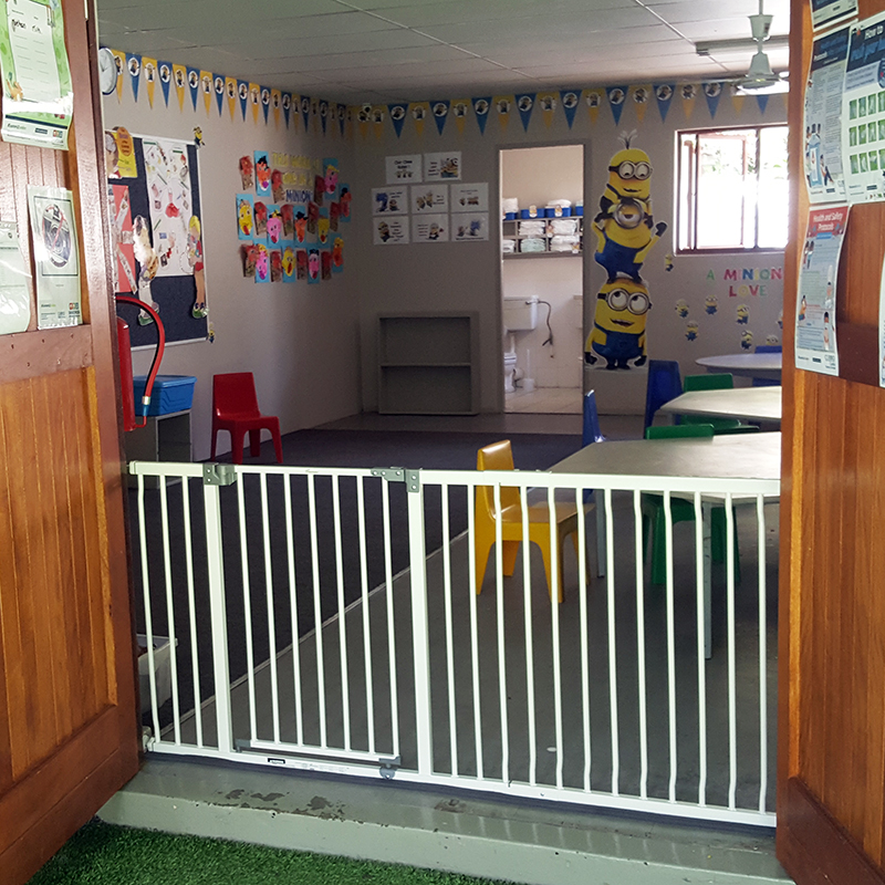 dreambaby-xtra-wide-hallway-gate-with-63cm-extension-installed